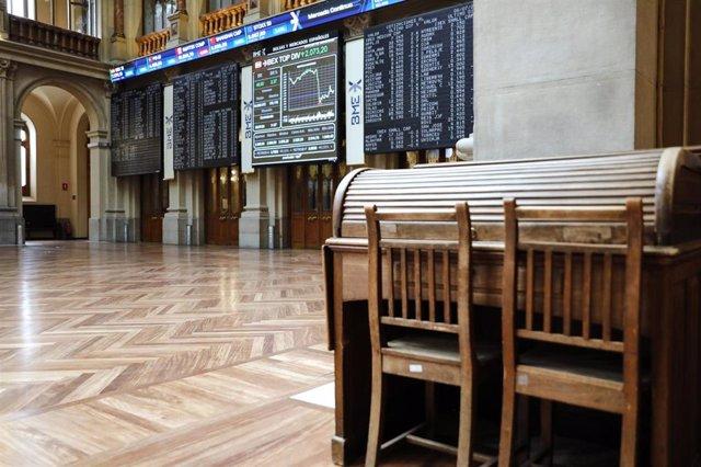 Dos sillas y una mesa en el interior del Palacio de la Bolsa, en Madrid (España)