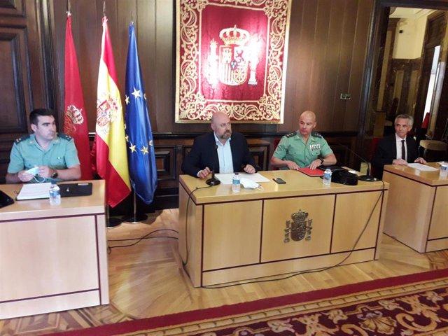 De I-D, el jefe de Policía Judicial de Guardia Civil, Víctor Manuel Obarrio, el delegado del Gobierno en Navarra, José Luis Arasti, el coronel jefe de la Guardia Civil, José Santiago Martín, y el delegado de la Agencia Tributaria, Roberto Pérez.