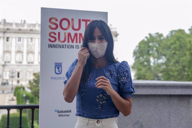 La vicealcaldesa, Begoña Villacís, se quita la mascarilla en la presentación de South Summit 2020