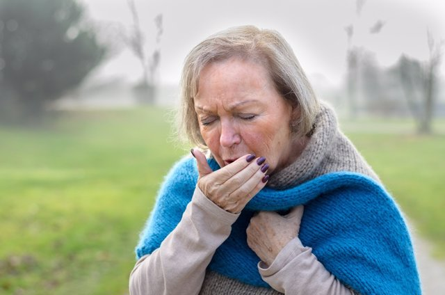 Imagen de recurso de una mujer tosiendo