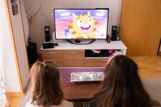 Las hijas de Tito y Gina ven la tele, mientras sus padres buscan un trastero donde meter sus pertenencias hasta que encuentren otra vivienda, después de que Sareb (Sociedad de Gestión de Activos procedentes de la Reestructuración Bancaria) haya pedido al