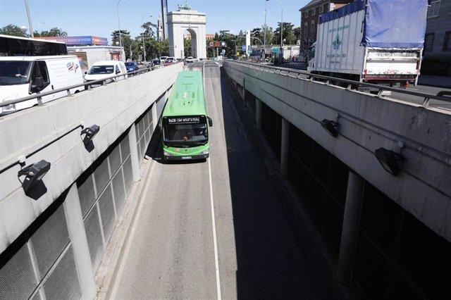 Un autobús circula por las inmediaciones del intercambiador de Moncloa, en Madrid (España), a 1 de julio de 2020