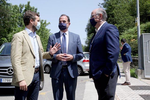 El presidente del Partido Popular, Pablo Casado (i) y el candidato a lehendakari por la coalición PP+Cs, Carlos Iturgaiz (2i), visitan la empresa Viralgen.