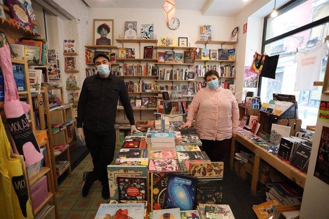 Esther Gaitero y el periodista Antonio Diniz Almeida, posan en la tienda en la que trabajan, Molar Discos & Libros