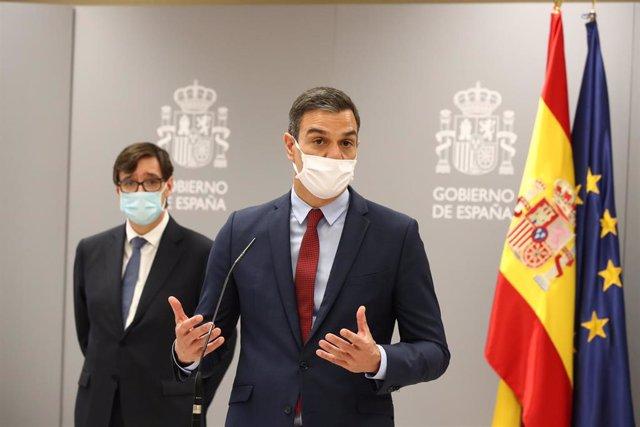 El presidente del Gobierno, Pedro Sánchez (d) se dirige a los profesionales del Centro de Coordinación de Alertas y Emergencias Sanitarias (CCAES), junto con el ministro de Sanidad, Salvador Illa (i), en Madrid (España), a 17 de junio de 2020.