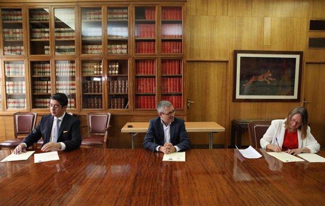 El presidente del Cabildo de Tenerife, Pedro Martín, el secretario de Estado de Medio Ambiente, Hugo Morán y la directora general de Acuaes, Rosa Cobo, en la firma del convenio para construir cinco depuradoras en la isla