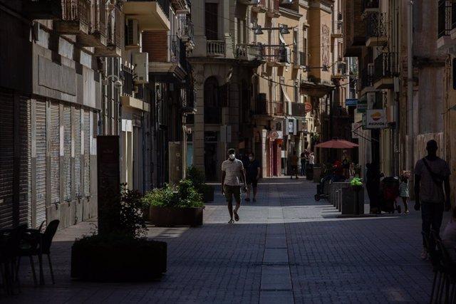 Diverses persones caminen per un carrer del centre de Lleida, capital de la comarca del Segrià, a Lleida, Catalunya (Espanya), 6 de juliol del 2020.