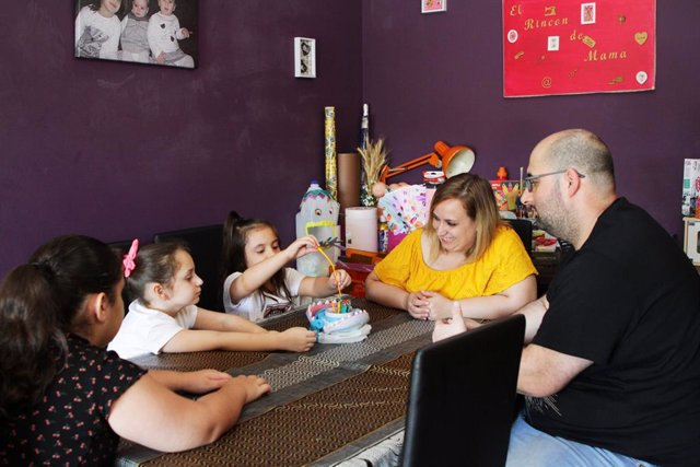 Miriam i Francisco, pares de tres nenes de Canovelles (Barcelona) que participen al programa ?Al teu costat? de l'organització Save the Children.