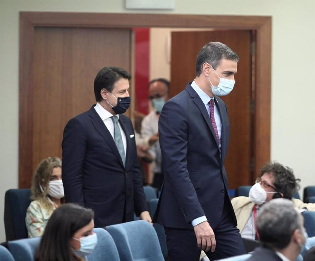 El primer ministro italiano, Giuseppe Conte (i), entra a la rueda de prensa convocada con los medios tras una reunión de trabajo con el presidente del Gobierno, Pedro Sánchez (d), en el Complejo de la Moncloa, Madrid (España), a 8 de julio de 2020.
