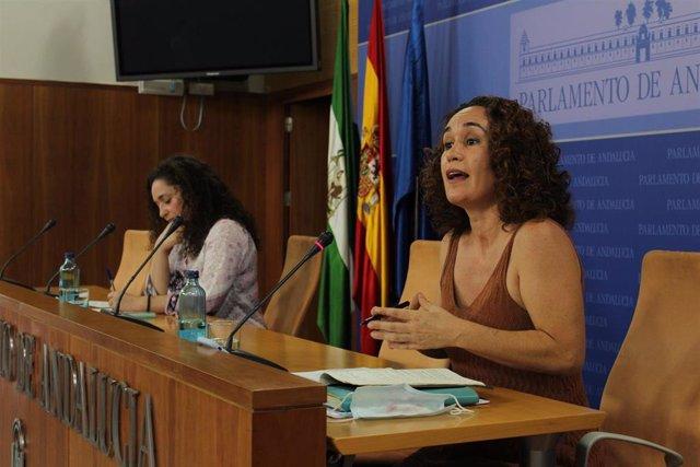 La diputada de Adelante Andalucía en la comisión de Educación, Ana Naranjo, en rueda de prensa junto a la portavoz parlamentaria, Inmaculada Nieto