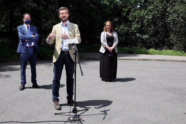 El presidente del Partido Popular, Pablo Casado (2i); el candidato a lehendakari por la coalición PP+Cs, Carlos Iturgaiz (1i); y la candidata al Parlamento Vasco por Guipúzcoa, Muriel Larrea (1r)  en San Sebastián , a 8 de julio de 2020.