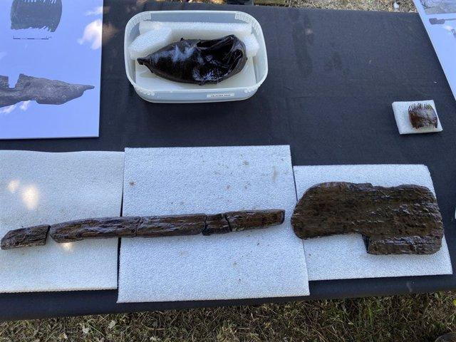 Entre les restes del pou de la Vil·la romana de Vilauba, a Banyoles (Girona), s'han trobat objectes com una pala de fusta, un fragment de roda de carro o una sabata sencera