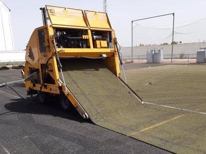 Comienza la sustitución del césped artificial del campo de fútbol de Olivenza con una inversión de 161.800 euros
