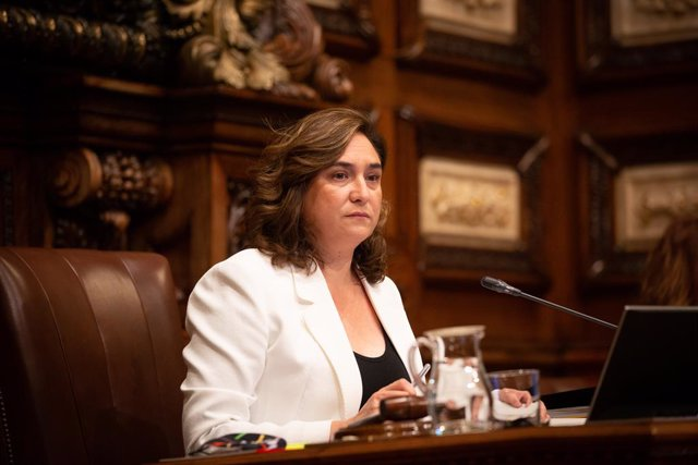 L'alcaldessa de Barcelona, Ada Colau, durant la primera sessió plenària del Consell Municipal de l'Ajuntament de Barcelona després de la fi de l'estat d'alarma, que solament compta amb la presència de 15 regidors, a Barcelona.