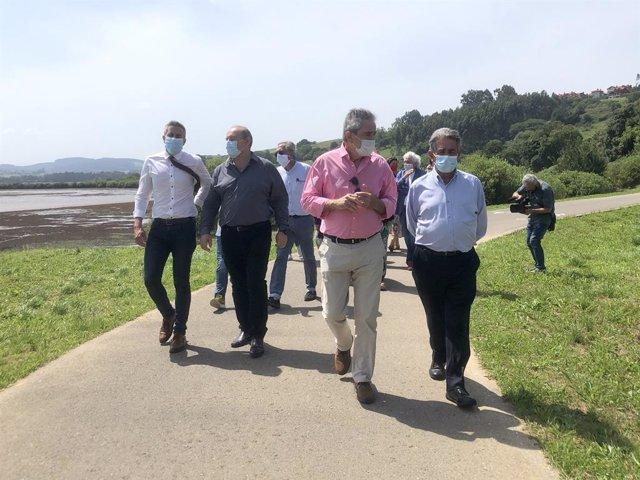 El presidente, Miguel Ángel Revilla, y el vicepresidente, Pablo Zuloaga, visitan la zona de Suances donde se llevará a cabo el proyecto 'El Peregrino'