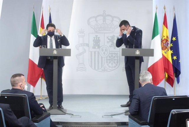 El presidente del Gobierno, Pedro Sánchez (d), y el primer ministro de la República Italiana, Giuseppe Conte (i), se colocan la mascarilla en la rueda de prensa  en el Complejo de la Moncloa, Madrid (España), a 8 de julio de 2020.