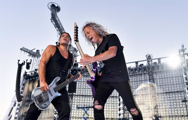 18 August 2019, Czech Republic, Prague: American guitarists Robert Trujillo (L) and Kirk Hammett of the American heavy metal band Metallica perform on stage during a concert as part of their WorldWired Tour. Photo: Vít ?imánek/CTK/dpa