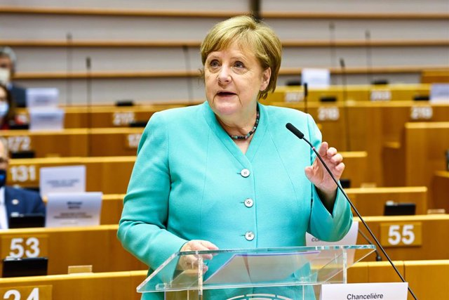 """UE.- Merkel pide """"concesiones de todos"""" para cerrar el fondo de recuperación en"""
