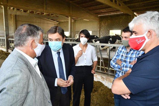 El ministro de Agricultura, Pesca y Alimentación, Luis Planas, visita una explotación láctea en Silleda (Pontevedra)
