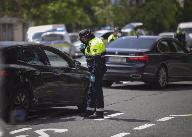 Imagen de archivo de agentes de la Policía Local de Sevilla efectuando controles de tráfico, el 22 de abril.
