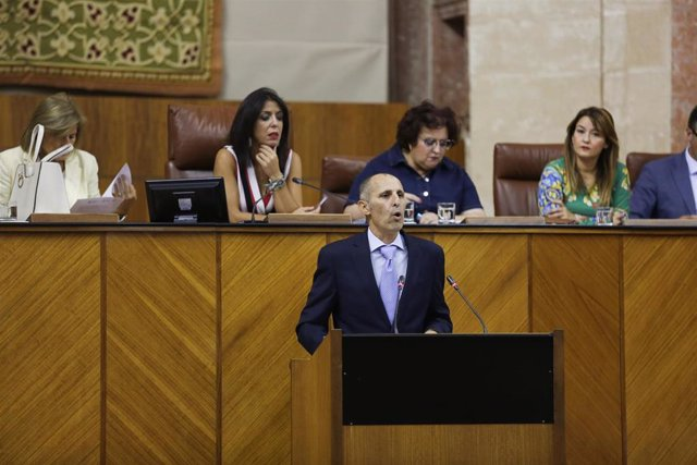Imagen de archivo del portavoz de la promotora de la ILP para un concurso de méritos para interinos, David Núñez, que intervino en el Pleno del Parlamento el 25 de septiembre de 2019.