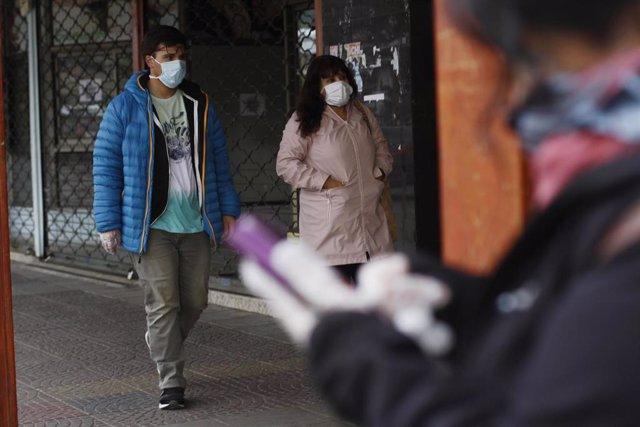 Dos personas pasean por la región de Aysén durante la pandemia de coronavirus en Chile