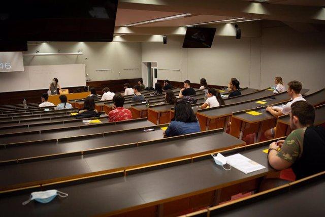 Estudiants de batxillerat abans de començar els exàmens de les Proves d'Accés a la Universitat (PAU), al Campus Ciutadella a Barcelona, Catalunya (Espanya), a 7 de juliol de 2020