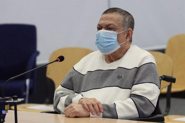 El ex militar salvadoreño Inocento Orlando Montano se sienta en el banquillo durante una sesión de su juicio este lunes en Madrid, un proceso de la justicia española por la matanza de cinco sacerdotes jesuitas de origen español, asesinados la madrugada de