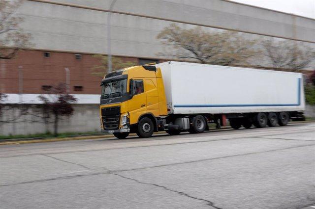 Un camión llega a Mercamadrid  a 15 de abril de 2020.