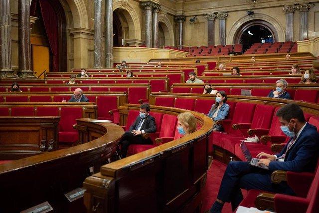 Diputados en el Parlamento catalán durante la segunda sesión plenaria monográfica sobre la gestión de las residencias para personas mayores y para personas con discapacidad durante la pandemia del COVID-19.