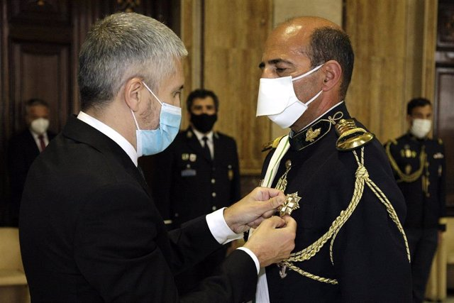El ministro del Interior, Fernando Grande-Marlaska, impone al comandante general de la Guarda Nacional Republicana (GNR) de Portugal, Luis Francisco Botelho, la Gran Cruz al Mérito de la Guardia Civil.