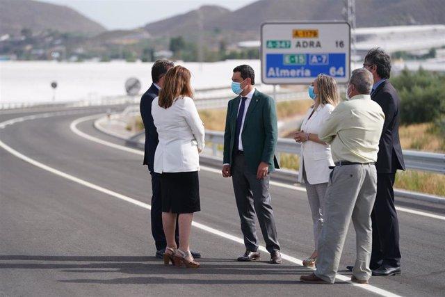 El presidente de la Junta, Juanma Moreno, durante una de las inauguraciones viarias en Almería
