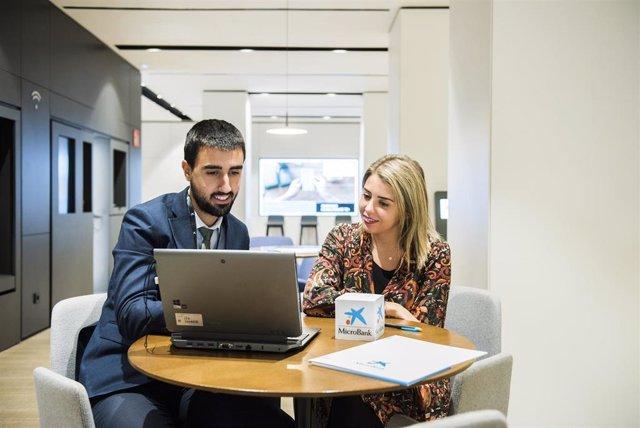 Imagen del proceso de asesoramiento para la concesión de un préstamo de Microbank, banco social de Caixabank.