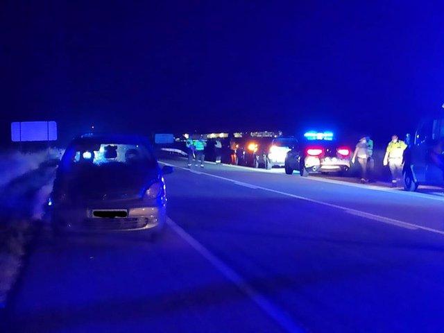 En primer término el vehículo que ha atropellado mortalmente a tres mujeres en Pedrosillo el Ralo.