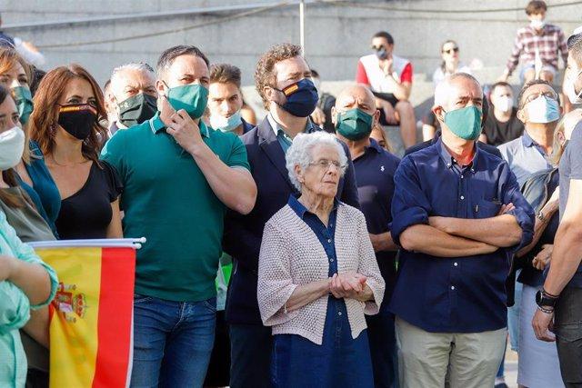 El presidente de Vox, Santiago Abascal, acompañado de su abuela, María Jesús Álvarez, y el portavoz de Vox en el Congreso de los Diputados, Iván Espinosa de los Monteros, durante un acto electoral de Vox en Vigo (Pontevedra), a 8 de julio de 2020