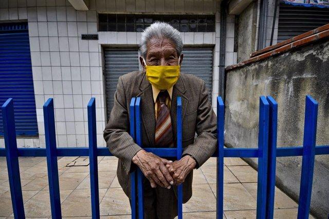 Un hombre con mascarilla en La Paz, Bolivia.