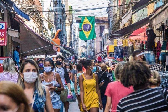 En medio de la desescalada, miles de personas han vuelto a las calles de Río de Janeiro, en este caso en Sahara, una de las principales zonas comerciales de la ciudad carioca.