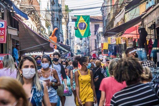 Coronavirus.- Brasil supera nuevamente la barrera de las mil muertes diarias y r