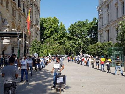 Las 'colas del hambre' se manifiestan ante Cibeles para exigir un plan urgente de emergencia social