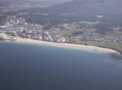 Prosigue entre playa Sieira y Cabeiro la búsqueda de dos desaparecidos tras volcar un kayak en Porto do Son