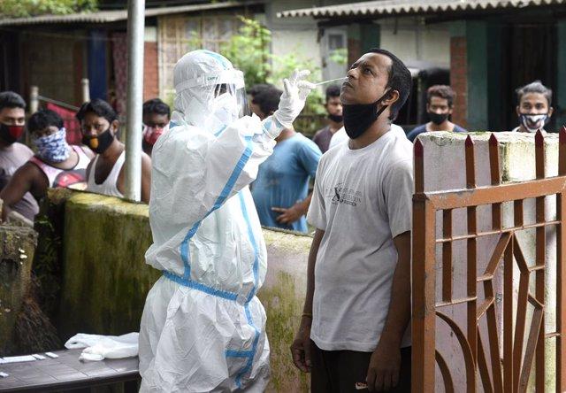 Coronavirus.- India registra un nuevo récord de contagios y supera los 767.000 c