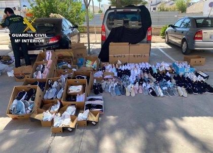 La Guardia Civil incauta cerca de medio millar de productos falsificados en mercados de San Javier