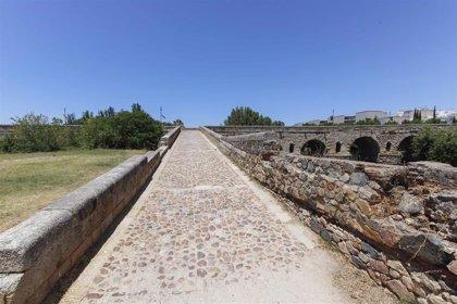 El descendedero del Puente Romano de Mérida tendrá nuevo pavimento y se limpiará y adecuará la zona