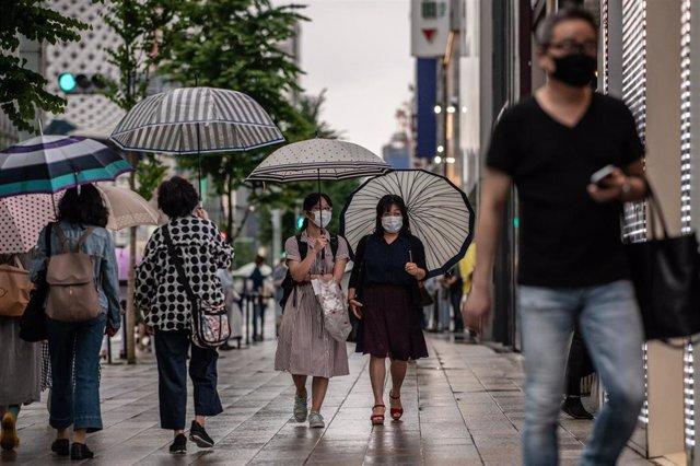 Personas paseando con mascarillas en Tokio