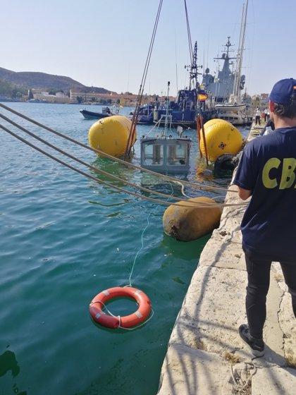 La Armada reflota la embarcación auxiliar hundida el martes en el Puerto de Cartagena
