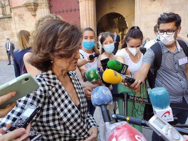 Carmen Calvo atiende a los medios de comunicación en Salamanca.