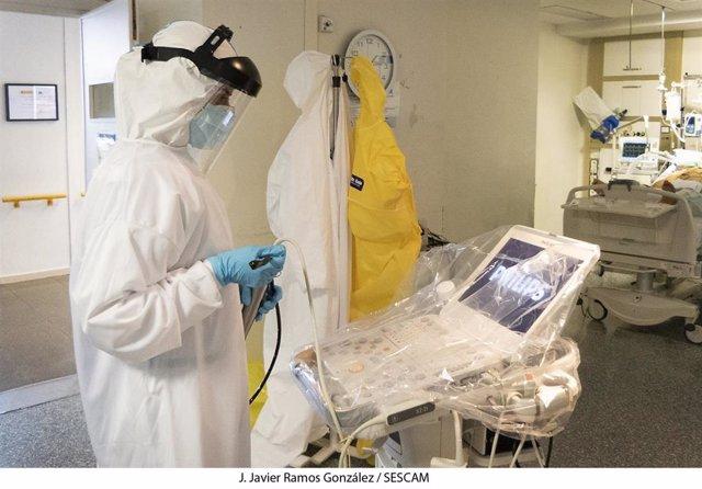 Persona que trabaja en la UCI del hospital de Guadalajara durante la atención a COVID-19. Imagen de archivo.