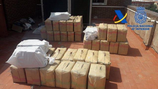 Intervenidos 1.850 kilos de hachís cuando se desembarcaba en una playa de Almería