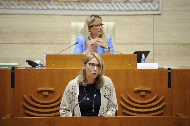 Cristina Teniente en su intervención para solicitar una comisión de investigación sobre el Covid en las residencias extremeñas.