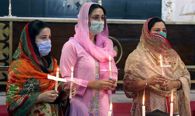 Mujeres con mascarilla en Peshawar